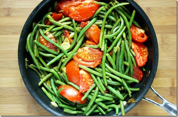 green-beans-with-garlic-and-tomatoes-pan