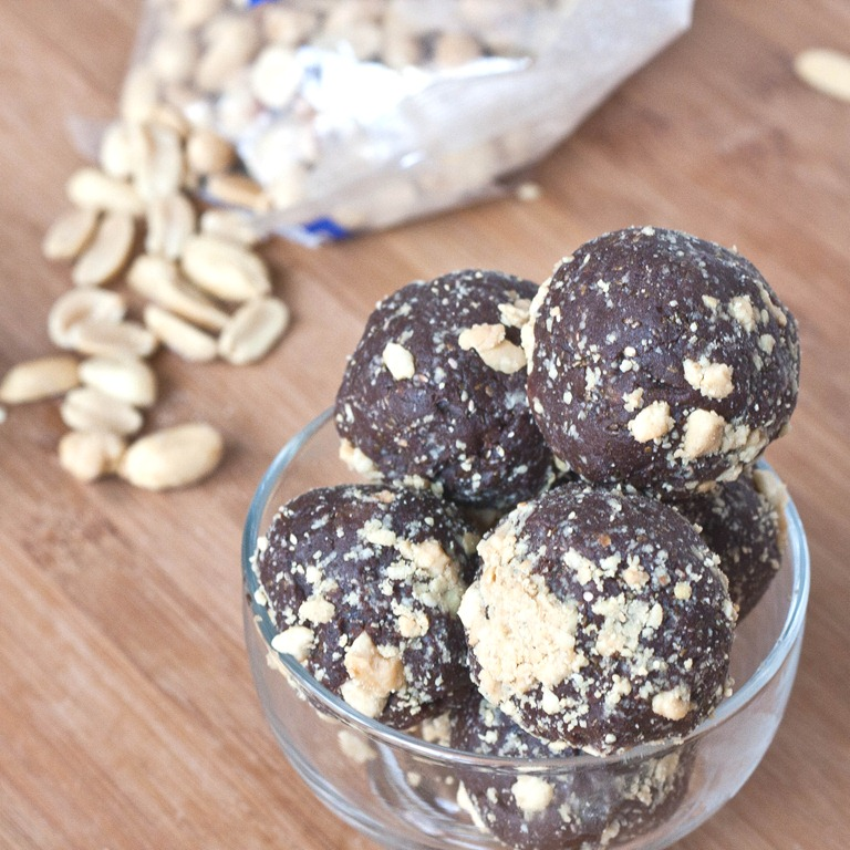 Chocolate Peanut Butter Snack Balls | The Wannabe Chef